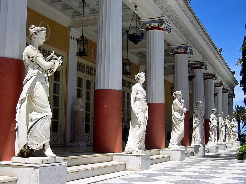 Portico con le statue delle muse